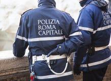 Πρωτεύουσα αστυνομικών της Ρώμης ελέγχοντας τη ροή των τουριστών μπροστά από το μνημείο της πηγής TREVI Στοκ εικόνες με δικαίωμα ελεύθερης χρήσης