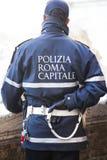 Πρωτεύουσα αστυνομικών της Ρώμης ελέγχοντας τη ροή των τουριστών μπροστά από το μνημείο της πηγής TREVI Στοκ Φωτογραφία