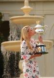 Πρωτοπόρος Angelique Kerber του Grand Slam της τοποθέτησης της Γερμανίας στο κυβερνητικό σπίτι με το τρόπαιο πρωταθλήματος Στοκ Φωτογραφίες