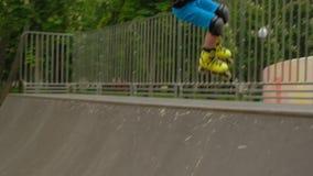 Πρωτοπόρων rollerblader τέχνασμα αγοριών κατάρτισης βέβαιο απόθεμα βίντεο