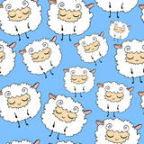 Πρόβατα σε ένα μπλε υπόβαθρο, γούνινος, αστείος, άνευ ραφής σχέδιο προβάτων ονείρου Ελεύθερη απεικόνιση δικαιώματος