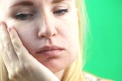 Πρόβλημα δοντιών Gumboil, ροή και διόγκωση του μάγουλου Κινηματογράφηση σε πρώτο πλάνο του όμορφου λυπημένου κοριτσιού που πάσχει στοκ εικόνα με δικαίωμα ελεύθερης χρήσης