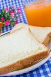 Πρόγευμα. Άσπρο ψημένο ψωμί στο καλάθι. Στοκ Εικόνες