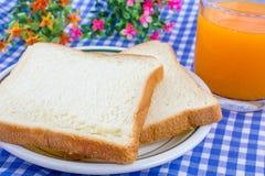 Πρόγευμα. Άσπρο ψημένο ψωμί στο καλάθι. Στοκ φωτογραφία με δικαίωμα ελεύθερης χρήσης