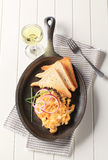 Ανακατωμένες αυγά και φρυγανιά Στοκ Εικόνες