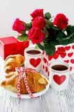Πρόγευμα για την ημέρα των βαλεντίνων στις 14 Φεβρουαρίου με το ρομαντικό tabl Στοκ Εικόνες