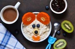 Πρόγευμα για το παιδί - δημητριακά με τα φρούτα και τα μούρα Στοκ φωτογραφίες με δικαίωμα ελεύθερης χρήσης
