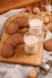 πρόγευμα δύο Τσάι με τα μπισκότα γάλακτος και oatmeal σε ένα ξύλινο υπόβαθρο Τσάι και μπισκότα στον πίνακα κουζινών Στοκ φωτογραφία με δικαίωμα ελεύθερης χρήσης