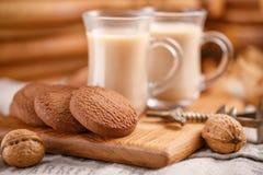 πρόγευμα δύο Τσάι με τα μπισκότα γάλακτος και oatmeal σε ένα ξύλινο υπόβαθρο Τσάι και μπισκότα στον πίνακα κουζινών Στοκ Φωτογραφίες