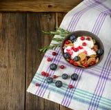 Πρόγευμα δημητριακών με τα τα βακκίνια, τα βακκίνια και το γιαούρτι Στοκ Εικόνες