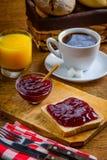 Πρόγευμα και καφές μαρμελάδας φρούτων Στοκ εικόνα με δικαίωμα ελεύθερης χρήσης