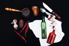 Πρόγευμα, καυτός καφές, πατάτες, κόκκινα ξηρά πιπέρια, υπόβαθρο τροφίμων, στο πίσω υπόβαθρο Τοπ όψη Ασημένια δίκρανο και κουτάλι  Στοκ εικόνα με δικαίωμα ελεύθερης χρήσης