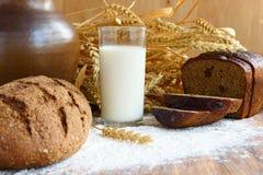 Πρόγευμα με ένα ποτήρι του φρέσκου γάλακτος και του τριζάτου καφετιού ψωμιού Στοκ φωτογραφία με δικαίωμα ελεύθερης χρήσης