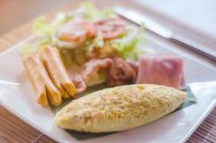 Πρόγευμα με τα ανακατωμένα αυγά, τις συνδέσεις λουκάνικων και το μπέϊκον Στοκ φωτογραφία με δικαίωμα ελεύθερης χρήσης