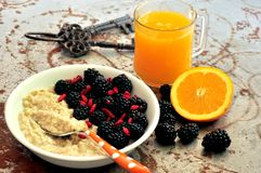 Πρόγευμα με τα βατόμουρα, τους σπόρους goji και το χυμό από πορτοκάλι Στοκ Φωτογραφία