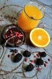 Πρόγευμα με τα βατόμουρα, τους σπόρους goji και το χυμό από πορτοκάλι Στοκ Φωτογραφίες