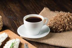 Πρόγευμα με τα σπιτικά σάντουιτς με το κρέμα-τυρί και τον καφέ στοκ εικόνα