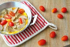 Πρόγευμα με τα τηγανισμένα αυγά σε ένα τηγάνι με το άσπρο λουκάνικο χοιρινού κρέατος, ντομάτα, δίκρανο σε ένα ξύλινο υπόβαθρο Στοκ εικόνες με δικαίωμα ελεύθερης χρήσης
