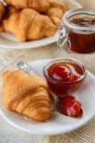 Πρόγευμα με τα φρέσκες croissants και τη μαρμελάδα Στοκ Εικόνες