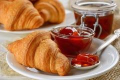 Πρόγευμα με τα φρέσκες croissants και τη μαρμελάδα Στοκ εικόνες με δικαίωμα ελεύθερης χρήσης