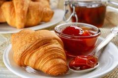 Πρόγευμα με τα φρέσκες croissants και τη μαρμελάδα Στοκ Εικόνα