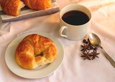 Πρόγευμα με τα croissants, και μαύρος καφές Στοκ φωτογραφία με δικαίωμα ελεύθερης χρήσης