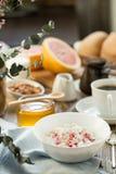 Πρόγευμα με τη στάρπη και τον καφέ τυριών εξοχικών σπιτιών Στοκ εικόνα με δικαίωμα ελεύθερης χρήσης
