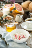 Πρόγευμα με τη στάρπη και τον καφέ τυριών εξοχικών σπιτιών Στοκ Εικόνες