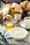 Πρόγευμα με τη στάρπη και τον καφέ τυριών εξοχικών σπιτιών Στοκ Φωτογραφία