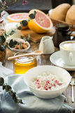 Πρόγευμα με τη στάρπη και τον καφέ τυριών εξοχικών σπιτιών Στοκ φωτογραφία με δικαίωμα ελεύθερης χρήσης