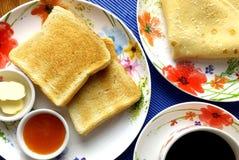 Πρόγευμα με τη φρυγανιά, το βούτυρο, τη μαρμελάδα βερίκοκων, τον καφέ και τις τηγανίτες Τοπ όψη Στοκ Φωτογραφίες