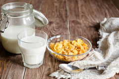 Πρόγευμα με τις νιφάδες καλαμποκιού και γάλα στο αγροτικό ύφος Στοκ Εικόνες