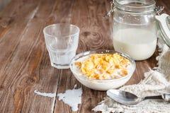 Πρόγευμα με τις νιφάδες καλαμποκιού και γάλα στο αγροτικό ύφος Στοκ εικόνες με δικαίωμα ελεύθερης χρήσης