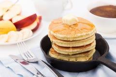 Πρόγευμα με τις τηγανίτες, το μέλι και τα φρούτα Στοκ Εικόνες