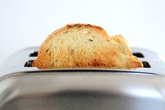 Πρόγευμα με τις φέτες του ψωμιού σε μια φρυγανιέρα ανοξείδωτου Στοκ Φωτογραφίες