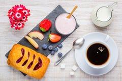 Πρόγευμα με τον καφέ και το γιαούρτι Στοκ Φωτογραφία