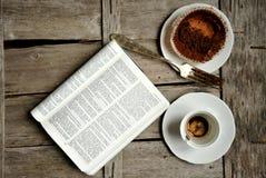 Πρόγευμα με τον καφέ, τη σοκολάτα και το βιβλίο Στοκ Εικόνα