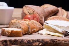 Πρόγευμα με τους ρόλους ψωμιού και το τυρί blu Στοκ Φωτογραφία