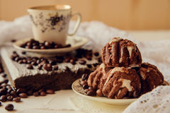 Πρόγευμα με το κέικ φλιτζανιών του καφέ και σοκολάτας Στοκ Φωτογραφία