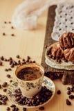 Πρόγευμα με το κέικ φλιτζανιών του καφέ και σοκολάτας Στοκ φωτογραφίες με δικαίωμα ελεύθερης χρήσης