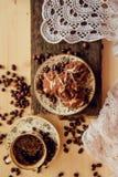 Πρόγευμα με το κέικ φλιτζανιών του καφέ και σοκολάτας Στοκ εικόνες με δικαίωμα ελεύθερης χρήσης