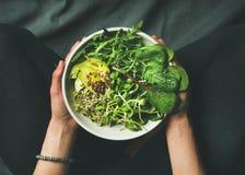 Πρόγευμα με το σπανάκι, το arugula, το αβοκάντο, τους σπόρους και τους νεαρούς βλαστούς στο κύπελλο Στοκ Φωτογραφία