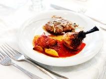 Πρόγευμα με το τυμπανόξυλο, το κρέας και τη σάλτσα κοτόπουλου σε ένα άσπρο πιάτο στον πίνακα Κλείστε αυξημένος Στοκ εικόνες με δικαίωμα ελεύθερης χρήσης
