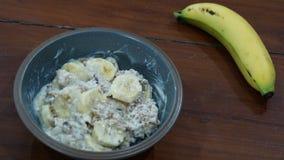Πρόγευμα με το υγιείς muesli και την μπανάνα Στοκ εικόνες με δικαίωμα ελεύθερης χρήσης