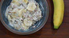 Πρόγευμα με το υγιείς muesli και την μπανάνα Στοκ Φωτογραφία