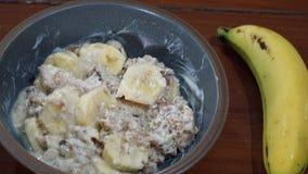 Πρόγευμα με το υγιείς muesli και την μπανάνα Στοκ Εικόνες