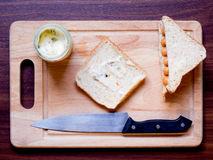 Πρόγευμα με το ψωμί και λουκάνικο στον τέμνοντα πίνακα Στοκ φωτογραφία με δικαίωμα ελεύθερης χρήσης