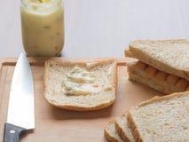 Πρόγευμα με το ψωμί και λουκάνικο στον τέμνοντα πίνακα Στοκ εικόνες με δικαίωμα ελεύθερης χρήσης