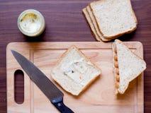 Πρόγευμα με το ψωμί και λουκάνικο στον τέμνοντα πίνακα Στοκ Φωτογραφία
