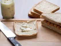 Πρόγευμα με το ψωμί και λουκάνικο στον τέμνοντα πίνακα Στοκ εικόνα με δικαίωμα ελεύθερης χρήσης